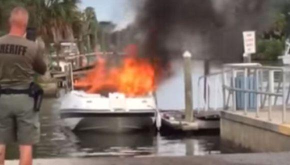 Policía filma el incendio de un bote en el condado Hernando, en la parte occidental de Florida, Estados Unidos. (Foto: Facebook)