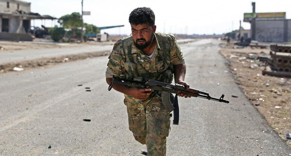 Un sirio que respalda a Turquía corre a lo largo de una carretera cerca de la ciudad de Ras al Ain, bastión de los kurdos en el norte de Siria. (AFP / Nazeer Al-khatib).