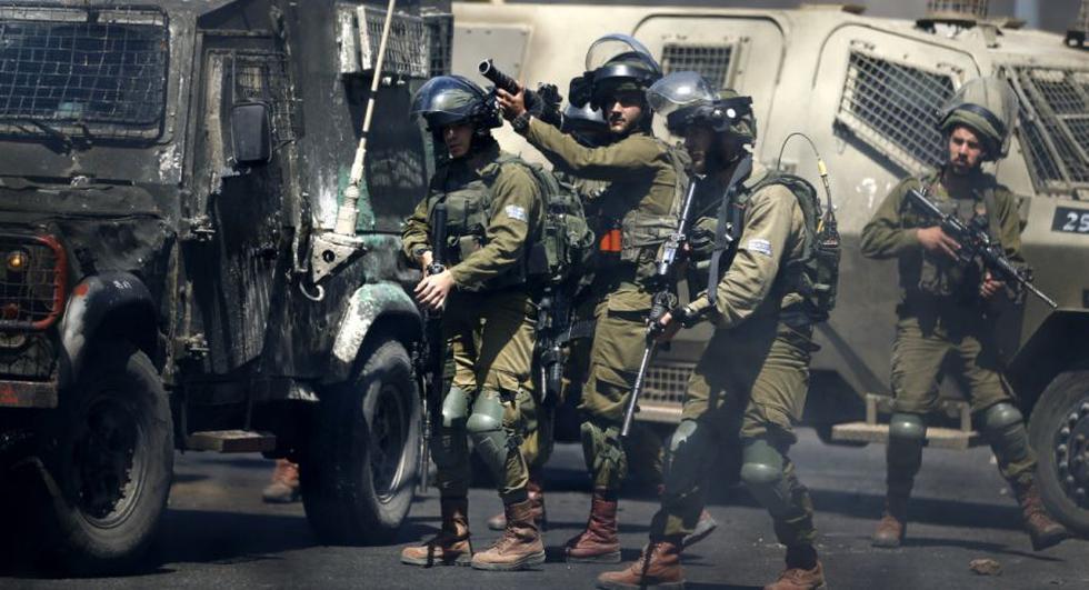 Las fuerzas israelíes disparan botes de gas lacrimógeno contra manifestantes palestinos durante los enfrentamientos cerca del asentamiento judío de Beit El cerca de Ramallah en la ocupada Cisjordania. (Foto: ABBAS MOMANI / AFP)