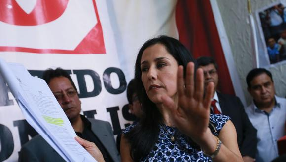 """LIMA 13 NOVIEMBRE 2015-  LA PRIMERA DAMA DE LA NACION Y PRESIDENTA DEL PARTIDO NACIONALISTA """"GANA PERÚ"""", NADINE HEREDIA, CONFIRMO LA PROPIEDAD DE LAS AGENDAS EN CONFERENCIA DE PRENSA OFRECIDA EN EL LOCAL PARTIDARIO UBICADO EN LA CALLE MARIATEGUI EN JESUS MARIA. NADINE HEREDIA DIJO QUE LAS AGENDAS DE SU PERTENENCIA FUERON ROBADAS DE SU DOMICILIO. LA PRIMERA DAMA ESTUVO ACOMPAÑADA DE VARIOS DE SUS CONGRESISTAS. DANIEL ABUGATAS PERMANECIO FUERA DE LAS INSTALACIONES.  FOTOS: MIGUEL BELLIDO/EL COMERCIO"""