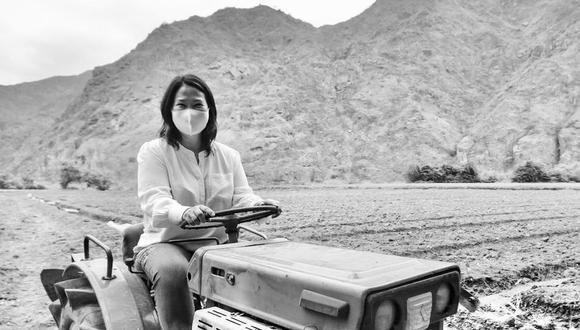 Keiko Fujimori posa a bordo de un tractor en Contumazá, Cajamarca. La imagen la difundió el miércoles en blanco y negro. (Foto: Twitter @KeikoFujimori)