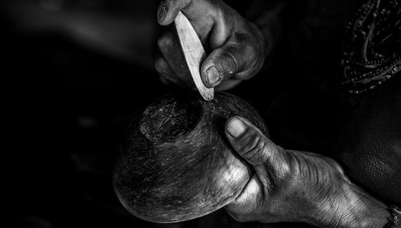 Las ceramistas del Cenepa se organizan en talleres donde enseñan a las más jóvenes a identificar los bancos de arcilla, transportarla y mezclarla con otros insumos del bosque, así como las piedras especialmente elegidas para el pulido. Es una tarea sagrada: para la recolección no deben estar menstruando ni embarazadas. Algunas incluso cumplen dietas estrictas. (Foto: Leslie Searles)