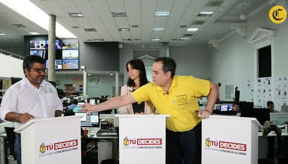 Mario Bryce y el momento en que le entrega jabones a Julio Arbizu durante un debate electoral. (Foto: GEC)