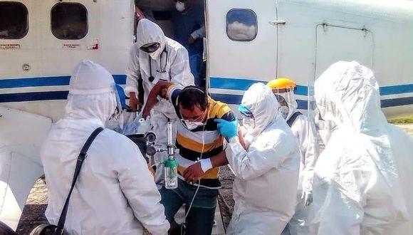 Un médico, una enfermera, un laboratorista y un vecino de Caballococha fueron trasladados a Iquitos en un avión de la FAP. (Foto: Daniel Carbajal)