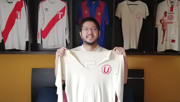 Diego Aka Alakawa y el cuarto de la nobleza. En sus manos, la número 7 de Puñalada Calatayud con que la 'U' venció a River y Racing el 67. Debe ser la más antigua camiseta crema de la que se tiene registro hoy. FOTO: Archivo Familiar.