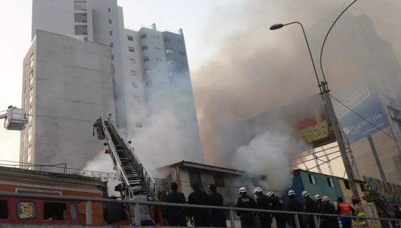 El incendio afectó tres locales donde se almacenaban productos de limpieza. (Foto: Hugo Pérez/GEC)