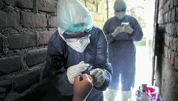 Especialistas realizan una prueba serológica. Foto: Joel Alonzo/GEC