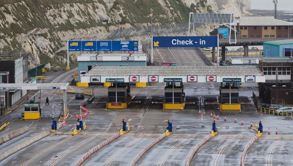 El puerto vacío en Dover, Reino Unido. Francia había  cerrado su frontera con Reino Unido durante 48 horas por preocupaciones sobre la nueva cepa de coronavirus. (Foto: EFE)