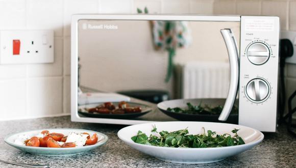 En el microondas se calientan todo tipo de alimentos y es necesario limpiarlo con frecuencia. (Foto: Pexels)