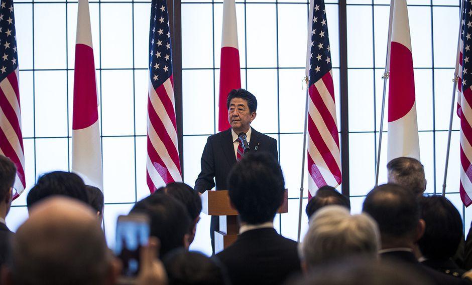 El primer ministro de Japón, Shinzo Abe, pronuncia su discurso durante la recepción conmemorativa del 60 aniversario de la firma del tratado de seguridad Japón-Estados Unidos en Tokio. (Foto: AFP)