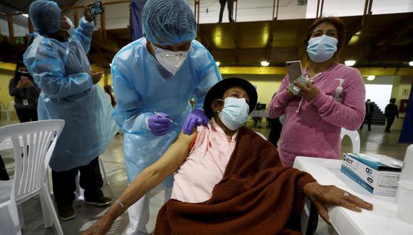 Una mujer recibe la vacuna contra el coronavirus covid-19 en el Centro de Exposiciones en Quito, Ecuador. (EFE/ José Jácome).