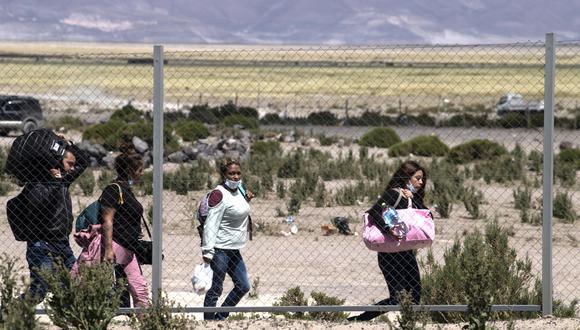 Migrantes venezolanos cruzan ilegalmente de Bolivia a Chile por el paso fronterizo de Colchane, Chile. (Foto: Archivo/ MARTIN BERNETTI / AFP).