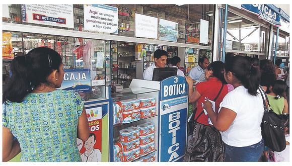 Un grupo de clientes compra en una farmacia, en la región La Libertad.