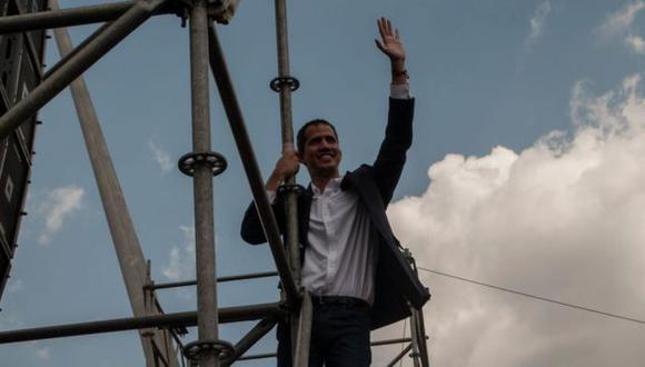 Juan Guaidió saluda a sus simpatizantes que salieron a recibirlo a su llegada a Caracas. (Getty Images vía BBC)