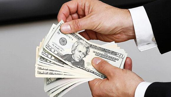 Dólar trepó a nuevo máximo tras débiles datos de Estados Unidos