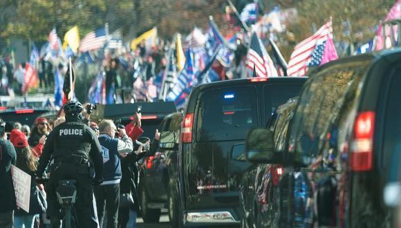 Una caravana de autos en la que está el presidente de Estados Unidos, Donald Trump, pasa junto a sus seguidores que protestan en Washington contra un supuesto fraude electoral. (EFE/EPA/Chris Kleponis).