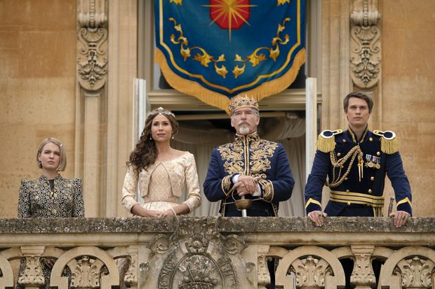 """The actors Pierce Brosnan and Nicholas Galitzine, and the actresses Tallulah Greive and Minnie Driver are part of the Royal Family in """"Cinderella"""" by Prime Video.  (Photo: Amazon)"""