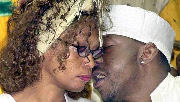 Whitney Houston y Bobby Brown en 2003 (Foto: AFP)