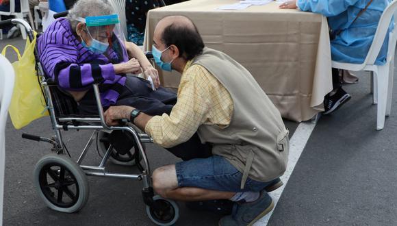 Las personas mayores de 80 años pueden acercarse este martes. (Foto: Juan Ponce Valenzuela/@photo.gec)