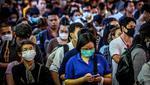 Viajeros, que usan máscaras en medio del temor a la propagación del nuevo coronavirus, esperan una embarcación en Bangkok. Imagen del 2 de marzo de 2020. (AFP).