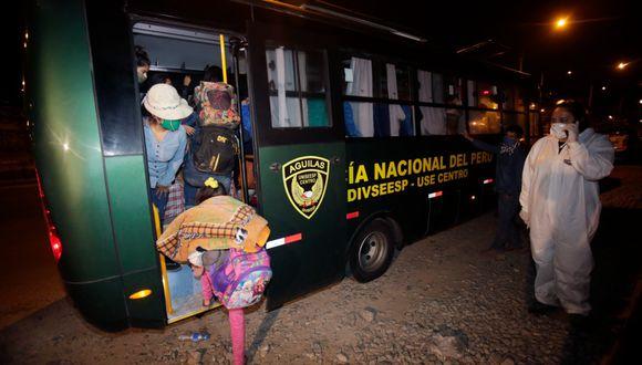 Un grupo de persona varadas en la Carretera Central a la altura de la entrada a Huaycán (Ate), fueron trasladadas por buses de la PNP) a albergues hasta esperar que se concrete su traslado hasta la región San Martín. (Foto: César Grados/GEC)