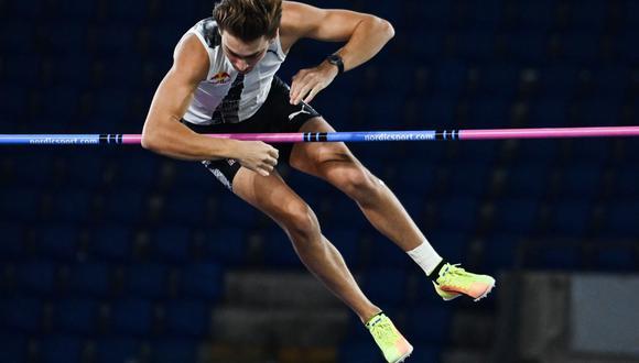 Armand Duplantis, de solo 20 años, batió el récord mundial de salto alto al aire libre