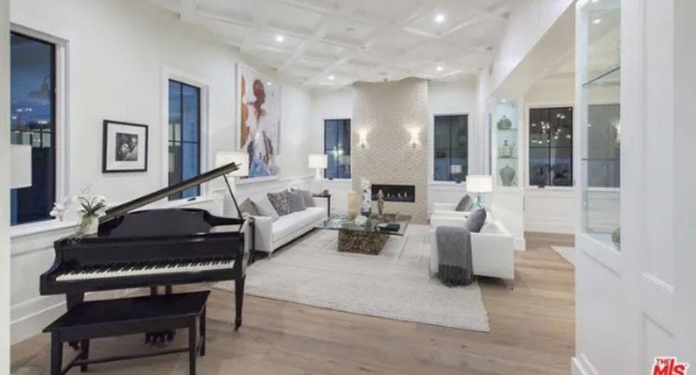 Un vestíbulo de doble altura conduce a la sala de estar formal con chimenea y muebles empotrados, así como a un comedor formal. (Foto: The MLS)