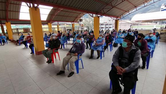 Los comerciantes del Mercado Central de Abancay esperaron su turno para pasar la prueba de descarte de COVID-19 en el último piso del centro de abastos. (Foto: Carlos Peña)