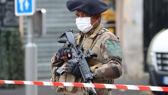 Un soldado francés asegura el sitio de un ataque con cuchillo en una iglesia de Niza. (VALERY HACHE / AFP).