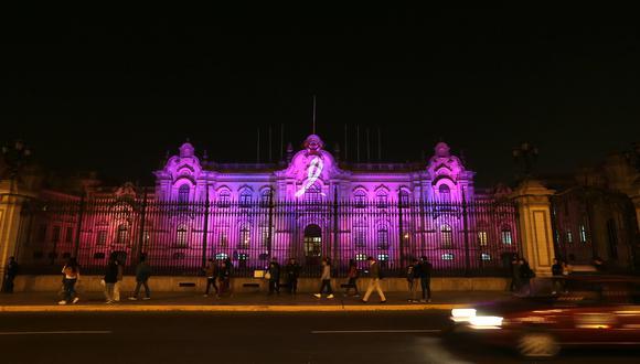 Durante tres noches, Palacio de Gobierno será iluminado con el color característico de la lucha contra el cáncer de mama (Foto: Hugo Pérez).
