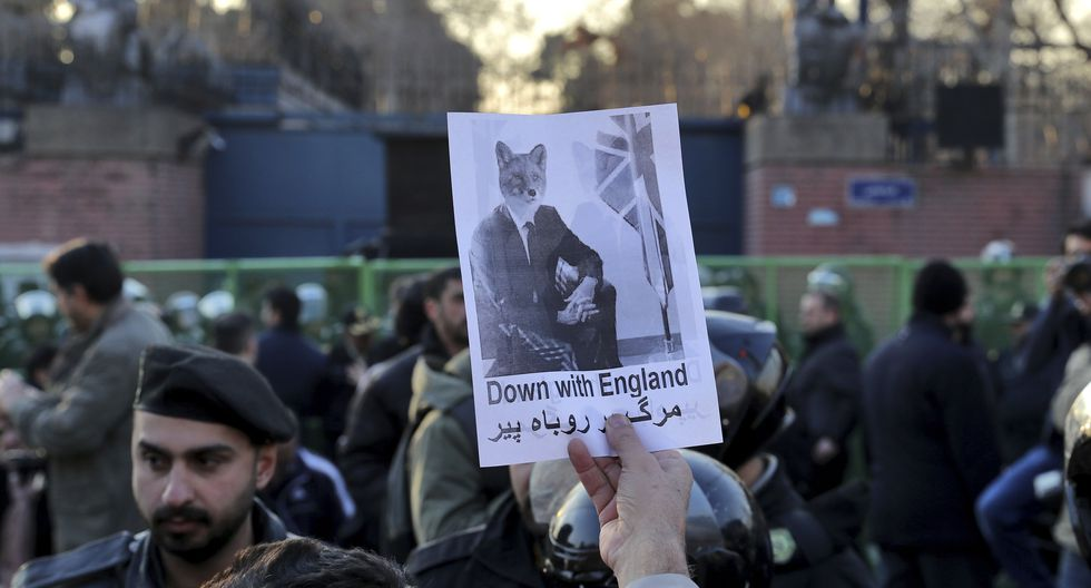 El domingo hubo una protesta ante la Embajada del Reino Unido en Teherán. (AP Photo/Ebrahim Noroozi).