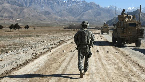En esta foto de archivo, un soldado estadounidense camina por una carretera en construcción cerca de Bagram, a unos 60 kilómetros de Kabul, el 11 de enero de 2010. (Joel SAGET / AFP).