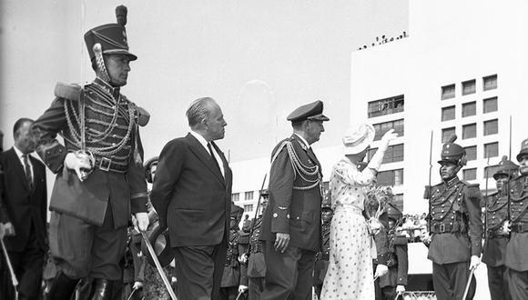 Momento clave en que la Duquesa de Kent es recibida por el jefe de la Casa Miliar de Palacio de Gobierno y por el canciller Raúl Porras Barrenechea. Detrás de la duquesa, avanza la princesa Alejandra. Era una soleada mañana ese sábado 21 de febrero de 1959. (Foto: GEC Archivo Histórico)