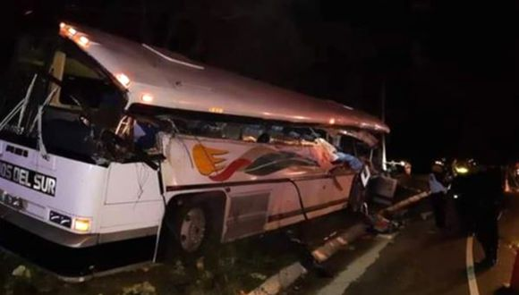 Accidente de tránsito entre tráiler y bus dejó 21 muertos en Guatemala. (Foto: Twitter Bomberos de Zacapa)