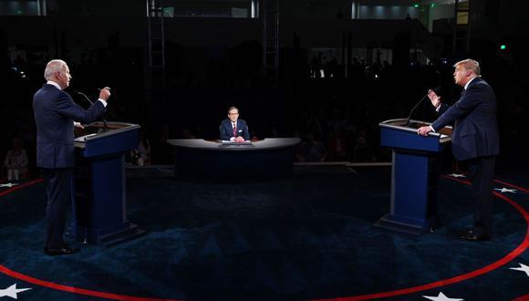 El presidente de los Estados Unidos, Donald Trump, y el candidato presidencial demócrata Joe Biden debaten en la Case Western Reserve University y Cleveland Clinic en Cleveland, Ohio. (AFP/Olivier DOULIERY).