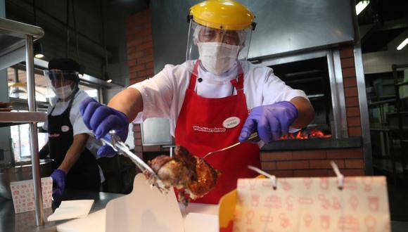 Según Comex-Perú, el 50% de órdenes de delivery de los restaurantes se da entre las seis de la tarde y 10 de la noche. (Foto: AP)