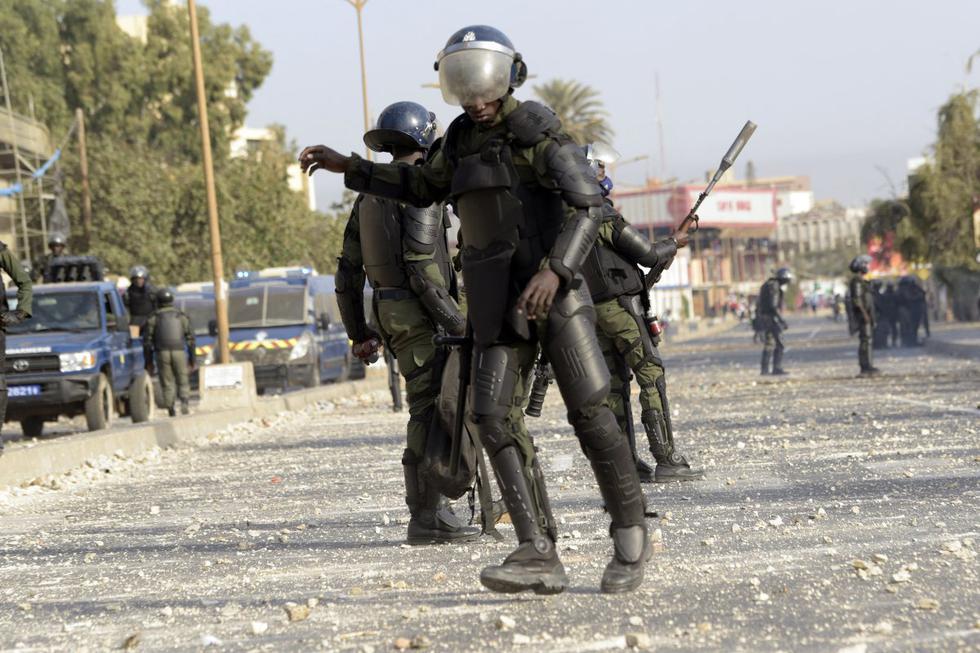 Un joven falleció este jueves en Senegal durante las protestas que se iniciaron ayer tras la detención del líder de la oposición, Ousmane Sonko, cuando se dirigía a comparecer ante un tribunal de Dakar, confirmó el Gobierno senegalés en un comunicado. (Foto: SEYLLOU / AFP)