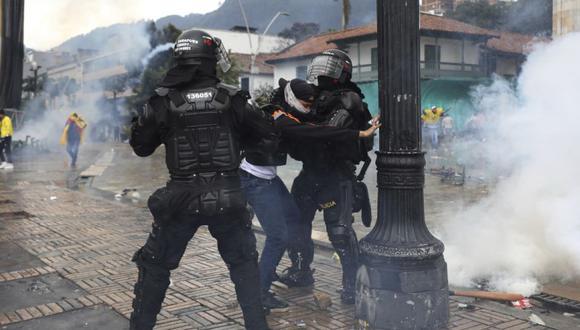 La policía detiene a un hombre durante una protesta contra el gobierno en Bogotá, Colombia. (Foto: AP / Fernando Vergara).