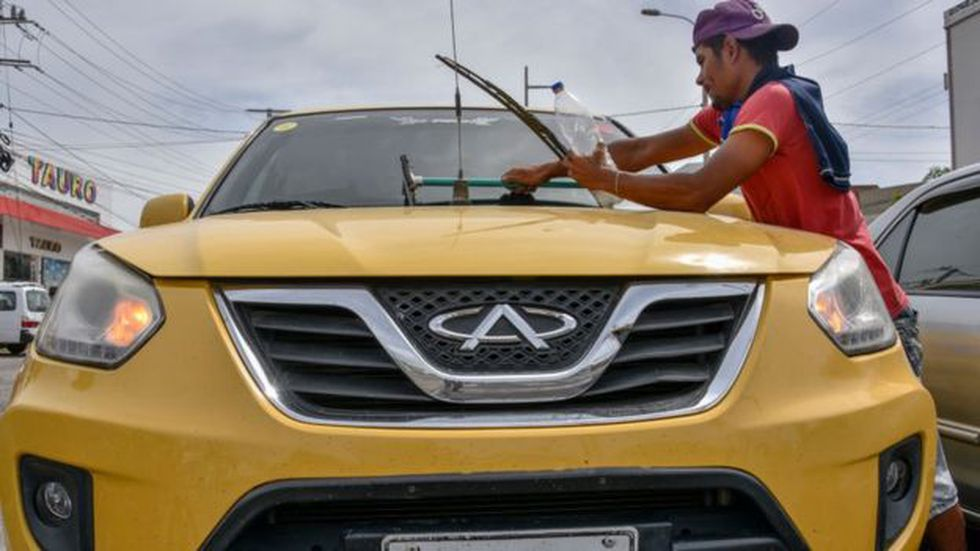 En las calles de Bogotá se volvió usual ver a venezolanos improvisando trabajos. Foto: Getty images, vía BBC Mundo