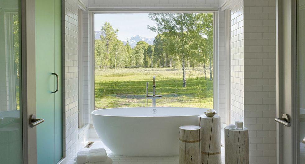En el baño se colocaron pequeños troncos como parte de la decoración. (Foto: clbarchitects.com)
