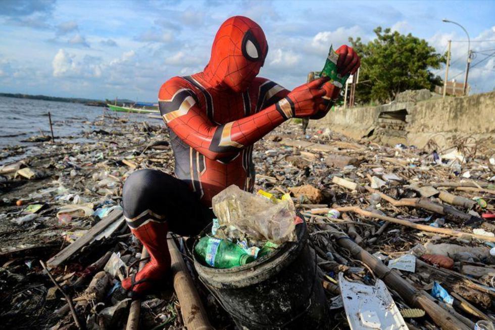 Un hombre disfrazado de Spider-man ha hecho suya la misión de limpiar Indonesia de basuras. (Reuters)