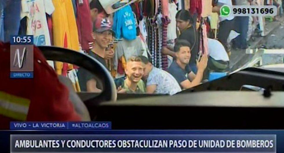 Mientras el camión de Bomberos circulaba se constató la falta de apoyo de las personas que encuentran en ese lugar. (Captura: Canal N)