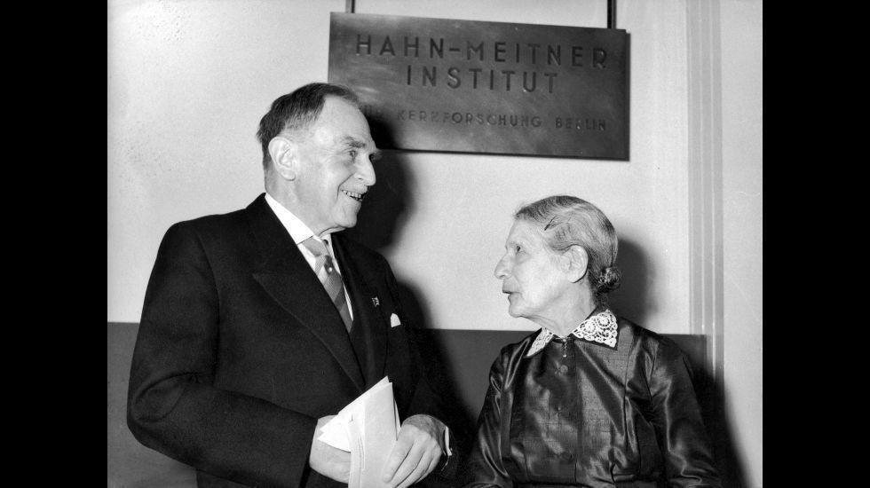 La física austriaca Lise Meitner con su colega alemán Otto Hahn, en 1959 .