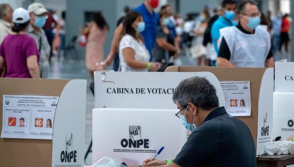 El cómputo total de los votos emitidos en el extranjero favorecieron a la candidata Keiko Fujimori con el 66,604% (205.114 de votos) frente al aspirante Pedro Castillo, quien obtuvo el 33,396% (102.848 sufragios). (Foto: Cristobal Herrera / EFE).