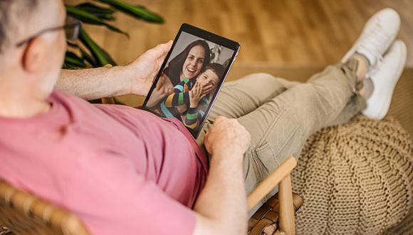 El estudio señala que existe una mayor apertura de los padres hacia la tecnología. (Foto: Getty Images)