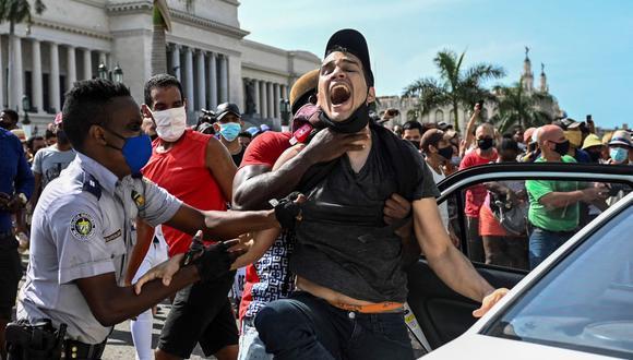 Un hombre es arrestado durante una manifestación contra el gobierno del presidente de Cuba Miguel Díaz-Canel en La Habana, el 11 de julio de 2021. (Foto de YAMIL LAGE / AFP).