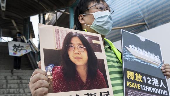 Una activista prodemocracia protesta en Hong Kong para exigir la liberación de la periodista Zhang Zhan. (EFE / EPA / MIGUEL CANDELA).