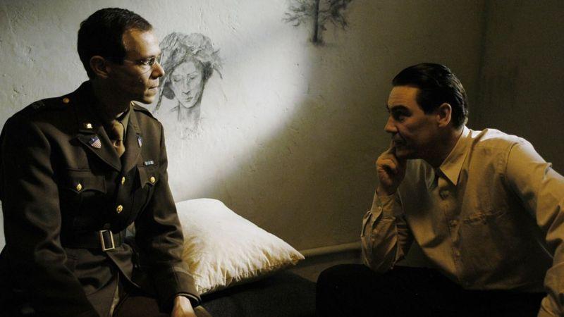 En esta imagen de una dramatización de la BBC de una de las sesiones de Gustave Gilbert con un acusado de crímenes de guerra nazi se aprecia la cercanía entre analista y paciente.