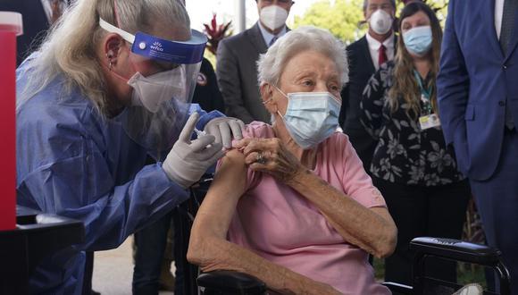 La enfermera Christine Philips, izquierda, administra la vacuna Pfizer a Vera Leip, de 88 años, residente de John Knox Village, el miércoles 16 de diciembre de 2020, en Pompano Beach, Florida. (Foto AP / Marta Lavandier)