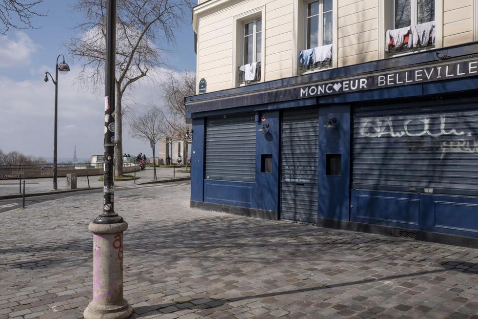 Un tercio de los ciudadanos de Francia comenzó este sábado un tercer confinamiento desde el inicio de la crisis del coronavirus, menos restrictivo que los anteriores, puesto que se limita al cierre de comercios no esenciales y permite salidas sin limitaciones a espacios exteriores. (Texto: EFE / Foto: AP).